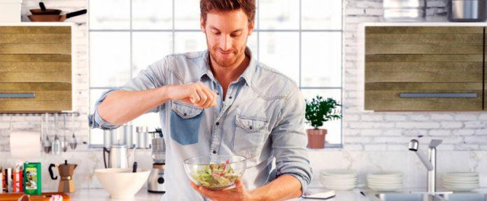 hombres cocinan