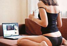 mujer frente a ordenador