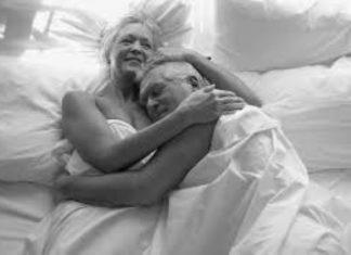 Mujer y hombre de edad avanzada abrazados desnudos